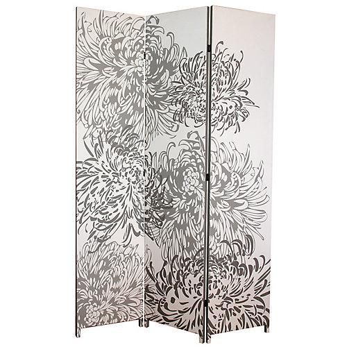 Bota – Paravent à trois panneaux – Motif imprimé de chrysanthèmes en nuances de gris. Dimensions une fois déplié : L48po x H71po x P1po (L 122 cm x H 180 cm x 2,5 cm environ).