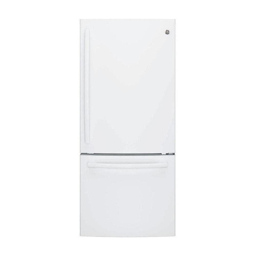 GE Réfrigérateur à congélateur de fond de 30 po de largeur et de 20,9 pi3 de profondeur standard en blanc - ENERGY STAR®.
