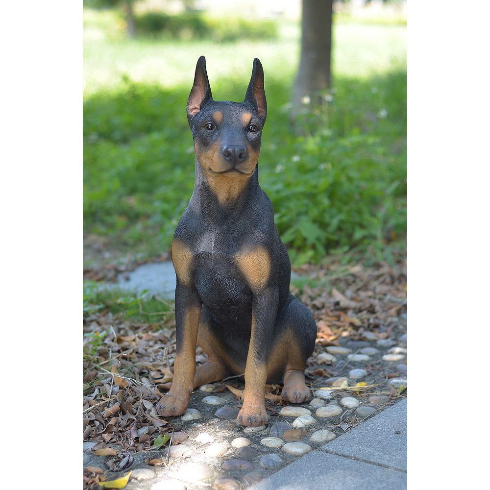 Hi-Line Gift Statue d'un chien Doberman Pinsher assis.