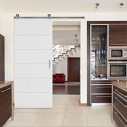 Porte style grange Melrose à âme pleine avec ensemble quincaillerie et rail, 36 po x 84 po, apprêtée