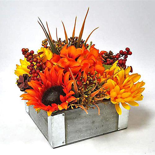 Arrangement floral d'automne dans pot en bois