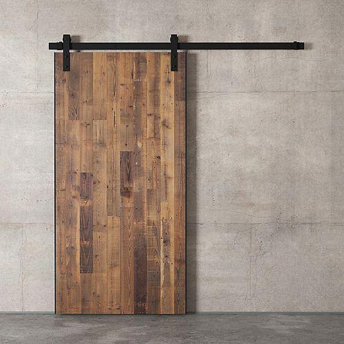 Porte de grange en bois de la ville remise en état par