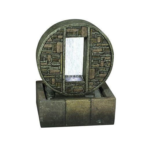 Fontaine. Chute d'eau au désign contemporain, en brique.