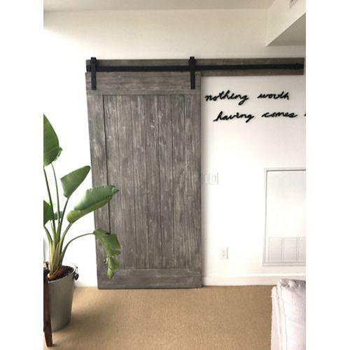 Porte grange en eucalyptus, 42 po x 84 po, motif gris texturé, panneau protecteur et matériel inclus