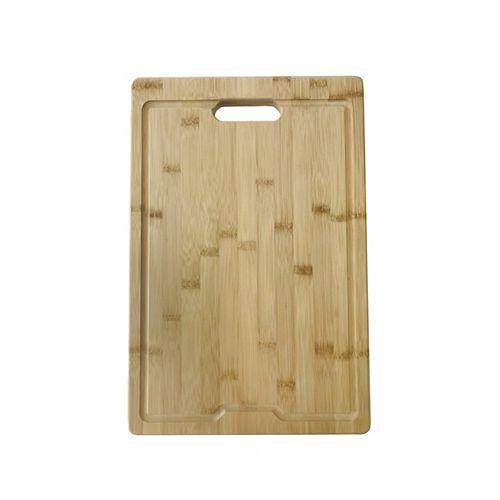 Planche à découper en bambou au-dessus de l'évier